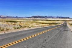 Ansicht zur Straße am Shoshone, USA stockfotografie