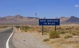 Ansicht zur Straße und Zeichen am Shoshone, USA lizenzfreie stockfotografie