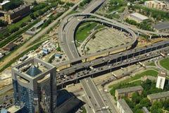 Ansicht zur Straßenkreuzung vom internationalen Geschäftszentrum Moskaus Lizenzfreie Stockfotos