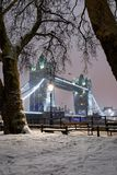 Ansicht zur Turm-Brücke auf einer Winternacht mit Schnee, London Stockbilder