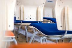 Ansicht-Zusammenfassungshintergrund des Unschärfefokus hinterer des Stuhls stockfotografie