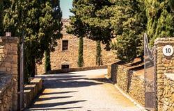 Ansicht zwischen die Wand zum Landsitz lizenzfreie stockbilder