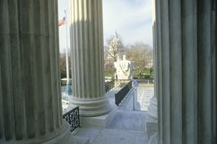 Ansicht zwischen von den Spalten des Gebäudes Obersten Gerichts Vereinigter Staaten, Washington, D C lizenzfreies stockbild