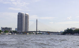 Ansichtbrücke und -Twin Tower nahe Chao Phraya River Stockbild