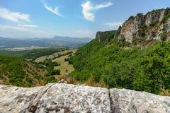 Ansichten über die Berge, die Felder und die Täler in der europäischen Alpe Stockfoto