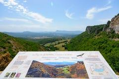 Ansichten über die Berge, die Felder und die Täler in der europäischen Alpe Stockbild