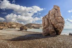 Ansichten der Bucht der Aphrodite in Zypern auf dem Hintergrund des blauen Himmels Stockbilder