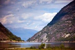 Ansichten der Fjorde, der Wälder und der Berge im wolkigen Wetter herein Stockfoto