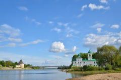 Ansichten der großen Brücke des Flusses, 50 Jahre von Oktober, die Kirche Lizenzfreie Stockfotos