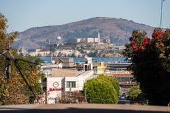 Ansichten der Insel und des Alcatraz-Gefängnisses von einem Höhepunkt auf Lombardt-Straße in San Francisco, Kalifornien, USA stockbilder