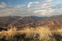 Ansichten der Karpatenberge von der Höhe des Topases stockbilder