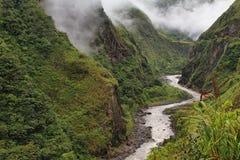 Ansichten des Wickelns von Pastaza-Fluss und von bloßen Bergen lizenzfreies stockfoto