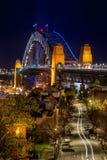 Ansichten hinunter die Straße in Richtung zu Sydney Harbour Bridge nachts stockbild