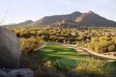Ansichten Nord-Scottsdale-Tales nahe Cavecreek mit Ansichten des Golfplatzes und des schwarzen Berges Lizenzfreies Stockfoto
