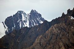 Ansichten von Bergspitzen, von Kanten und von Schluchten des Tien Shan Stockbild
