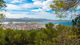Ansichten von der Seite des Hügels in der Nähe in St. Antoni de Portmany Balearic Islands, Ibiza, Spanien Stockbilder