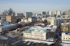 Ansichten von Gebäuden und von Straßen von Moskau von der Höhe, Russland Lizenzfreie Stockfotos