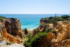 Ansichten von goldenen Klippen und von Atlantik von der Aussichtsplattform Bezirk Faro, Algarve, Süd-Portugal Lizenzfreie Stockbilder