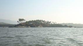 Ansichten von Inseln vom Meer nahe einem Strand palolem bei Sonnenuntergang Indien Goa stock video