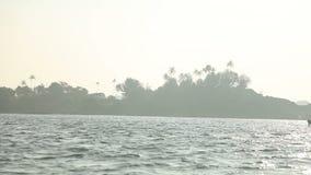 Ansichten von Inseln vom Meer nahe einem Strand palolem bei Sonnenuntergang Indien Goa stock footage