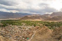 Ansichten von Leh-Stadt von der Spitze Licht und Schatten vom Sonnenuntergang Lizenzfreie Stockfotos