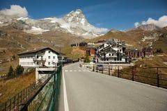 Ansichten von Matterhorn von der italienischen Stadt von Breuil-Cervinia Lizenzfreie Stockfotos