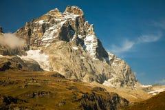 Ansichten von Matterhorn von der italienischen Stadt von Breuil-Cervinia Stockfotografie