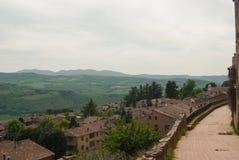Ansichtform Todi auf Hügeln herum stockbild
