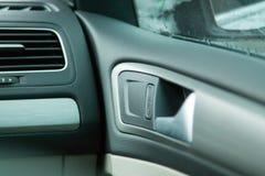 Ansichtinnenautos Regler Reflexionen auf dem Glas Für Dekoration und Design Ansicht des Autospiegels lizenzfreies stockfoto