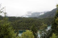 Ansichtlandschaft des Waldes und des Blindsee ist ein See auf Berg von Tirol, Österreich Lizenzfreies Stockfoto