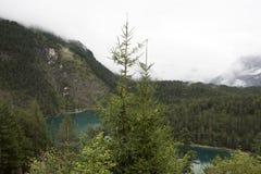 Ansichtlandschaft des Waldes und des Blindsee ist ein See auf Berg von Tirol, Österreich Stockfoto