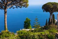 Ansichtskarte, die den grünen Garten und das Meer übersieht Stockbilder