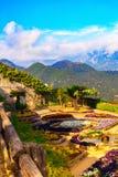 Ansichtskarte mit Terrasse mit Blumen in den Garten Landhäusern Rufolo in Ravello Amalfi-Küste, Kampanien, Italien Stockbild