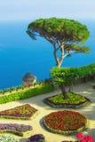 Ansichtskarte mit Terrasse mit Blumen in den Garten Landhäusern Rufolo in Ravello Amalfi-Küste, Kampanien, Italien Stockbilder
