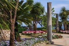Ansichtskarte mit Terrasse mit Blumen in den Garten Landhäusern Rufolo in Ravello Amalfi-Küste, Kampanien, Italien Lizenzfreie Stockbilder