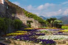 Ansichtskarte mit Terrasse mit Blumen in den Garten Landhäusern Rufolo in Ravello Amalfi-Küste, Kampanien, Italien Stockfotografie
