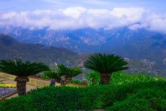Ansichtskarte mit Terrasse mit Blumen in den Garten Landhäusern Rufolo in Ravello Amalfi-Küste, Kampanien, Italien Lizenzfreies Stockbild