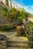 Ansichtskarte mit Terrasse mit Blumen in den Garten Landhäusern Rufolo in Ravello Amalfi-Küste, Kampanien, Italien Lizenzfreies Stockfoto