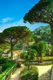 Ansichtskarte mit Terrasse mit Blumen und Bäumen in den Garten Landhäusern Rufolo in Ravello Amalfi-Küste Kampanien Italien Lizenzfreies Stockbild