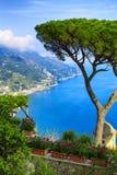 Ansichtskarteansicht berühmter Amalfi-Küste mit Golf von Salerno vom Landhaus Rufolo arbeitet in Ravello, Kampanien, Italien im G Lizenzfreies Stockbild