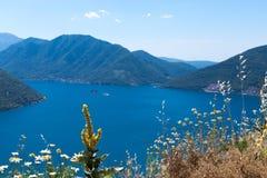 Ansichtskarteansicht der Küstenlinie der Boka-Kotorbucht, Montenegro Lizenzfreie Stockfotografie