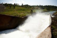Ansichtwasser, das von einer Verdammung fließt Lizenzfreie Stockfotografie
