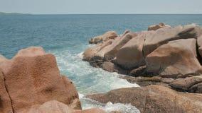 Ansichtwellen brechen auf der tropischen Insel; Strand Meereswellen auf der Trauminsel Seychellen; Zeitlupe stock video footage