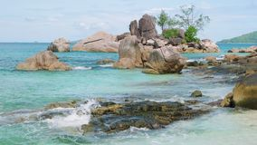 Ansichtwellen brechen auf tropischem Strand der Insel Meereswellen auf der Trauminsel Seychellen stock footage