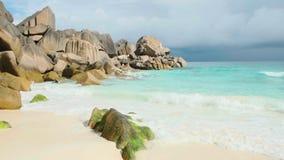 Ansichtwellen brechen auf tropischem Strand der Insel Meereswellen auf der Trauminsel Seychellen stock video footage