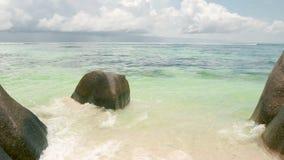 Ansichtwellen brechen auf tropischem Strand der Insel Meereswellen auf der Trauminsel Seychellen, Stereo-Sound stock video footage