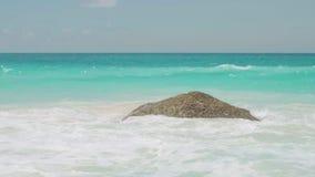 Ansichtwellen brechen auf tropischem Strand der Insel Meereswellen auf der Trauminsel Seychellen, Stereo-Sound stock footage
