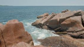 Ansichtwellen brechen auf tropischem Strand der Insel mit Stereo-Sound Meereswellen auf der Trauminsel Seychellen stock footage