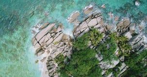 Ansichtwellen brechen auf tropischem Strand der Insel mit Zeitlupe oben Meereswellen auf der Trauminsel Seychellen stock footage