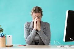 Ansiedade de sofrimento nova forçada da mulher de negócio ao trabalhar no escritório fotos de stock